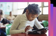 Criança mexendo em tablet na sala de aula