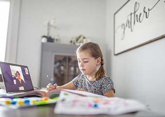 Imagem ilustrativa da solução Com ajuda de filtros e vídeos, professora trabalha alfabetização online no ensino fundamental