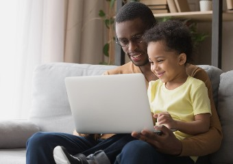 Imagem ilustrativa da solução Pais aprendem a orientar crianças sobre uso responsável da internet em curso online gratuito