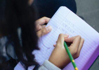Imagem ilustrativa da solução Alfabetização no ensino remoto combina WhatsApp e materiais impressos, aponta pesquisa