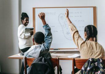 Imagem ilustrativa da solução Avaliação por participação: professor pode usar critérios como linguagem e interação com colegas